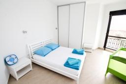 Спальня. Черногория, Петровац : Современный апартамент с отдельной спальней, с террасой с шикарным видом на море