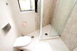 Ванная комната. Черногория, Петровац : Современный апартамент с отдельной спальней, с террасой с шикарным видом на море