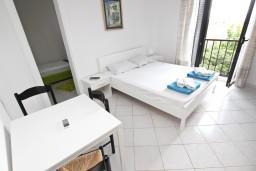 Спальня. Черногория, Петровац : Апартамент для 5 человек, с 3-мя отдельными спальнями, с террасой