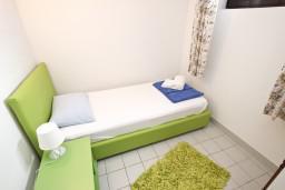 Спальня 2. Черногория, Петровац : Апартамент для 5 человек, с 3-мя отдельными спальнями, с террасой