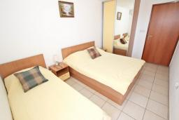 Спальня. Черногория, Петровац : Апартамент с отдельной спальней, с балконом с видом на море