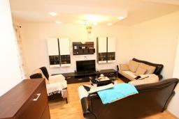 Гостиная. Черногория, Петровац : Апартамент для 4-5 человек, 2 отдельные спальни, с террасой с видом на сад