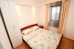 Спальня 2. Черногория, Петровац : Апартамент для 4-5 человек, 2 отдельные спальни, с террасой с видом на сад