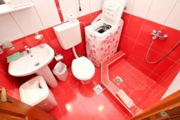 Ванная комната. Черногория, Петровац : Апартамент для 4-5 человек, 2 отдельные спальни, с террасой с видом на сад