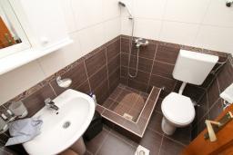 Ванная комната 2. Черногория, Петровац : Апартамент для 4-5 человек, 2 отдельные спальни, с террасой с видом на сад
