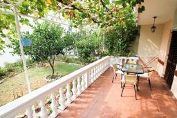 Терраса. Черногория, Петровац : Апартамент для 4-5 человек, 2 отдельные спальни, с террасой с видом на сад