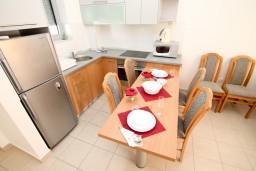 Кухня. Черногория, Петровац : Современный апартамент для 4-6 человек, 2 спальни, с балконом