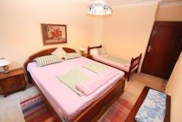 Спальня 3. Черногория, Герцег-Нови : Апартамент на 10 человек, с 4-мя отдельными спальнями, с террасой выходящей на бассейн