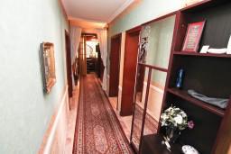 Коридор. Черногория, Герцег-Нови : Апартамент на 10 человек, с 4-мя отдельными спальнями, с террасой выходящей на бассейн