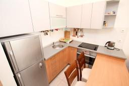 Кухня. Черногория, Петровац : Современный апартамент для 6-7 человек, 3 спальни, с балконом с видом на море