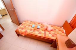 Спальня. Черногория, Петровац : Современный апартамент для 6-7 человек, 3 спальни, с балконом с видом на море