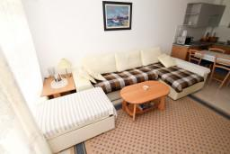 Гостиная. Черногория, Петровац : Современный апартамент для 3-5 человек, 2 спальни, с балконом с видом на море