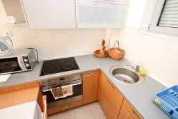 Кухня. Черногория, Петровац : Современный апартамент для 3-5 человек, 2 спальни, с балконом с видом на море