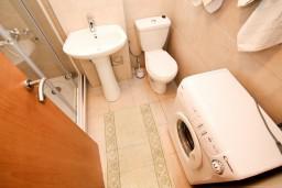 Ванная комната. Черногория, Петровац : Современный апартамент с отдельной спальней, с балконом с видом на море