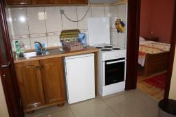 Кухня. Черногория, Радовичи : Апартамент для 6 человек с двумя отдельными спальнями, с балконом и видом на море