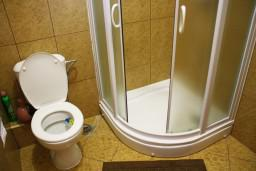 Ванная комната. Черногория, Радовичи : Апартамент для 6 человек с двумя отдельными спальнями, с балконом и видом на море