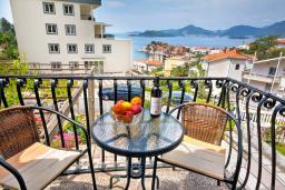 Балкон. Черногория, Святой Стефан : 2-х этажный дом для 9 человек, 3 спальни, 2 ванные, большая терраса с барбекю перед домом и видом на море