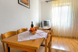 Обеденная зона. Черногория, Святой Стефан : 2-х этажный дом для 9 человек, 3 спальни, 2 ванные, большая терраса с барбекю перед домом и видом на море