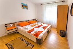 Спальня. Черногория, Святой Стефан : 2-х этажный дом для 9 человек, 3 спальни, 2 ванные, большая терраса с барбекю перед домом и видом на море