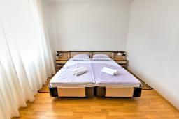 Спальня 2. Черногория, Святой Стефан : 2-х этажный дом для 9 человек, 3 спальни, 2 ванные, большая терраса с барбекю перед домом и видом на море