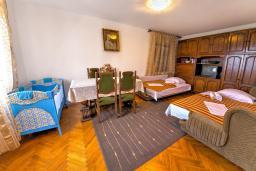Спальня 3. Черногория, Святой Стефан : 2-х этажный дом для 9 человек, 3 спальни, 2 ванные, большая терраса с барбекю перед домом и видом на море