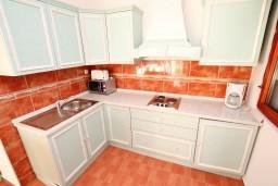 Кухня. Черногория, Каменово : Большой апартамент для 4-5 человек, 2 отдельные спальни, с балконом с видом на море