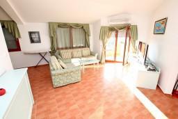 Гостиная. Черногория, Каменово : Большой апартамент для 4-5 человек, 2 отдельные спальни, с балконом с видом на море
