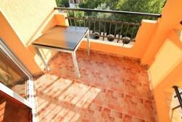 Балкон. Черногория, Каменово : Большой апартамент для 4-5 человек, 2 отдельные спальни, с балконом с видом на море