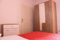 Спальня. Черногория, Каменово : Апартамент с отдельной спальней в 300 метрах от моря