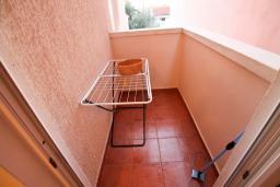 Балкон. Черногория, Каменово : Апартамент с отдельной спальней в 300 метрах от моря