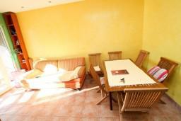 Обеденная зона. Черногория, Дженовичи : Апартамент с отдельной спальней, с балконом и видом на море