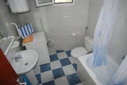 Ванная комната. Черногория, Будва : Апартамент для 4-6 человек, 2 спальни, с террасой с видом на море
