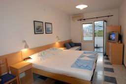 Студия (гостиная+кухня). Черногория, Будва : Студия с террасой с видом на море