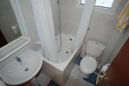 Ванная комната. Черногория, Будва : Студия с террасой с видом на море