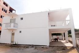 Фасад дома. Черногория, Приевор : 2-х этажная вилла, 5 спален, кухня и ванная комната на каждом этаже, просторная гостиная, большая терраса