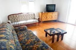 Гостиная. Черногория, Приевор : 2-х этажная вилла, 5 спален, кухня и ванная комната на каждом этаже, просторная гостиная, большая терраса
