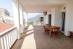 Терраса. Черногория, Приевор : 2-х этажная вилла, 5 спален, кухня и ванная комната на каждом этаже, просторная гостиная, большая терраса