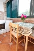 Кухня. Черногория, Кумбор : Апартамент для 6 человек с двумя отдельными спальнями, с террасой и видом на море