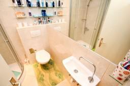Ванная комната. Черногория, Крашичи : Студия в Крашичи с террасой с видом на море