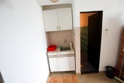 Кухня. Черногория, Крашичи : Апартамент для 4-6 человек, 2 отдельные спальни, с террасой с шикарным видом на море, 10 метров до пляжа