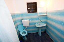Ванная комната. Черногория, Крашичи : Апартамент для 4-6 человек, 2 отдельные спальни, с террасой с шикарным видом на море, 10 метров до пляжа