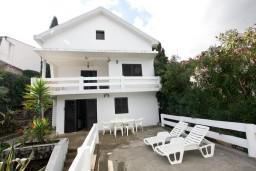 Фасад дома. Черногория, Крашичи : Дом с 4-мя спальнями, 2 ванные, гостиная с кухней, большая терраса с лежаками с шикарным видом на залив в 10 метрах от моря