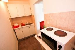 Кухня. Черногория, Крашичи : Дом с 4-мя спальнями, 2 ванные, гостиная с кухней, большая терраса с лежаками с шикарным видом на залив в 10 метрах от моря