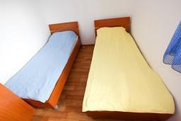 Спальня 2. Черногория, Крашичи : Дом с 4-мя спальнями, 2 ванные, гостиная с кухней, большая терраса с лежаками с шикарным видом на залив в 10 метрах от моря