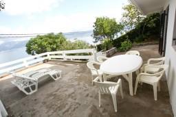 Терраса. Черногория, Крашичи : Дом с 4-мя спальнями, 2 ванные, гостиная с кухней, большая терраса с лежаками с шикарным видом на залив в 10 метрах от моря