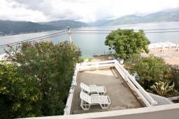 Вид на море. Черногория, Крашичи : Дом с 4-мя спальнями, 2 ванные, гостиная с кухней, большая терраса с лежаками с шикарным видом на залив в 10 метрах от моря