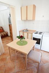 Кухня. Черногория, Кумбор : Апартамент с террасой и видом на море