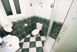 Ванная комната. Черногория, Кумбор : Апартамент с террасой и видом на море