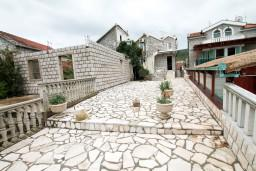 Территория. Черногория, Крашичи : 2-х этажная вилла с 2-мя спальнями с ванными комнатами, с большой террасой с видом на залив, на самом берегу моря