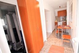 Коридор. Черногория, Крашичи : 2-х этажная вилла с 2-мя спальнями с ванными комнатами, с большой террасой с видом на залив, на самом берегу моря